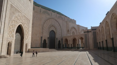 The walls are of hand-crafted marble and the roof is retractable. A maximum of 105,000 worshippers can gather together for prayer: 25,000 inside the mosque hall and another 80,000 on the mosque's outside ground.